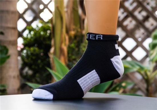 真有這麼厲害?!沾到水不會濕的襪子