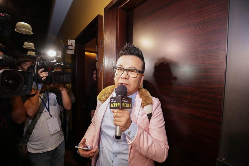沈玉琳「樹懶」梗玩不膩! 持夜拍至尊Galaxy S7 KTV暗房挑戰「樹懶拍」