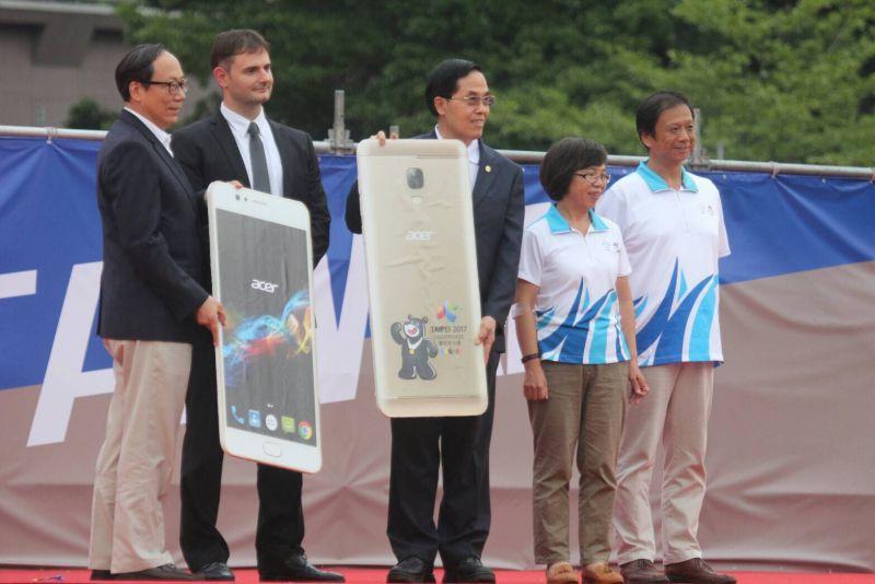 宏碁與台灣源訊科技共同捐贈世大運熊讚高端智慧手機Acer Liquid Z6-MAX作為台灣代表隊選手...