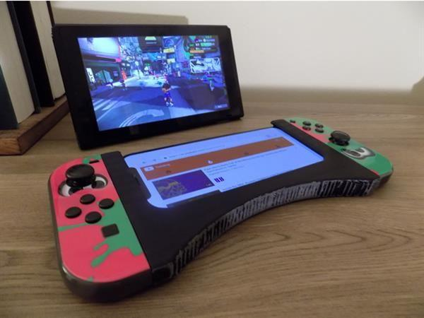 this-3d-printed-joy-con-grip-lets-you-handle-your-smartphone-and-nintendo-switch.jpg