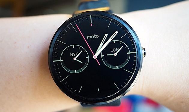 Moto 360 推出更新,延長續航力,還會在充電時調整亮度