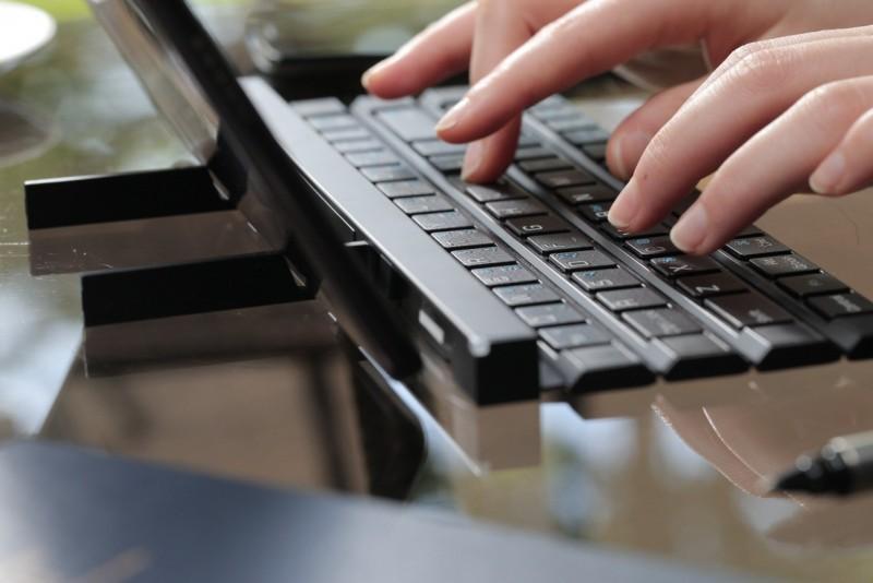 LG Rolly Keyboard 捲曲收納如「環保筷」超酷的藍牙鍵盤