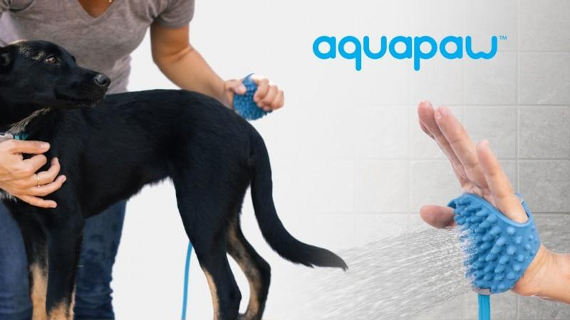 幫毛小孩洗澡使出一掌神功!會噴水的 Aquapaw 二合一寵物清潔手套