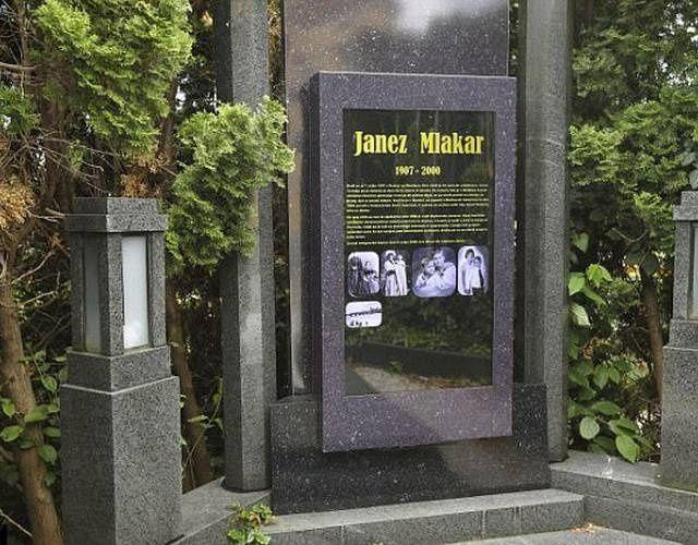 世界首個電子墓碑:48吋觸控螢幕