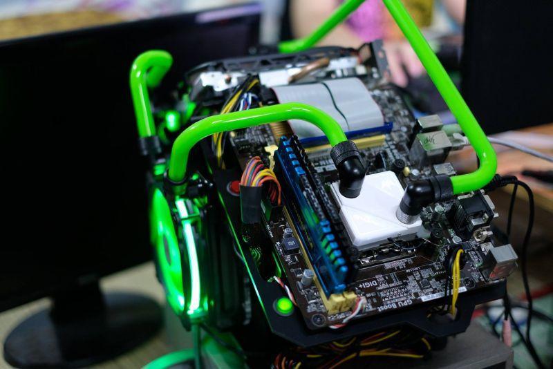 裸側架水冷電腦